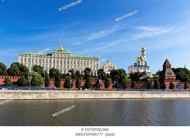 Russia, Moscow, River Moskva, Grand Kremlin Palace and cathedrals