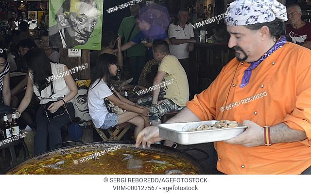 Viva 8 chef Fernando Andrés Yusta posing near sea food paella pan, Chatuchak Weekend Market. Chatuchak Weekend Market or Jatujak Market; is one of the world's...