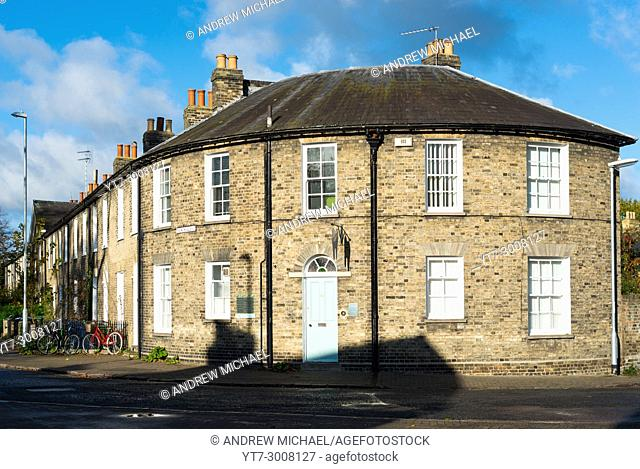 Victorian terrace ending with a curved house on New Square, Cambridge city centre, Cambridgeshire, England, UK