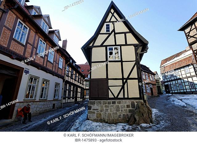 Romantic alley in the historic centre, narrow half-timbered house, winter, Finkenherd, Quedlinburg, Harz, Saxony-Anhalt, Germany, Europe