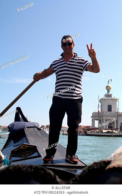 GONDOLIER VICTORY SIGN; GRAND CANAL, VENICE, ITALY; 02/08/2014