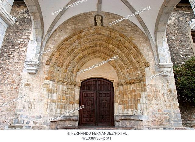 Portada de la iglesia gótica de Santa María de Concejo, Llanes, Asturias, España