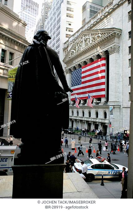 USA, United States of America, New York City: Financial District, Wall Street. New York Stock Exchange. Georg Washington monument in fornt ot the Federal Hall