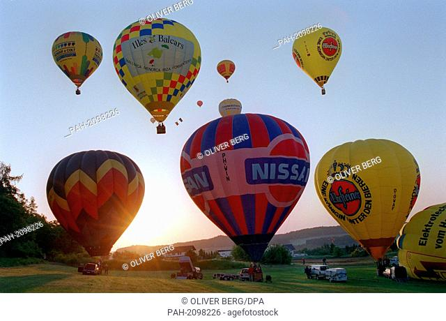 Numerous hot-air balloons start in the early morning of 23.5.1999 at the open German championship in Gladenbach (Marburg-Biedenkopf district) in the rising sun