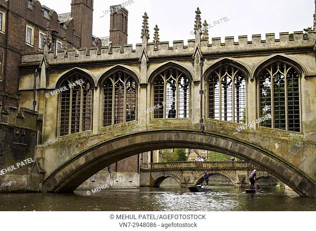 The Bridge of Sighs, St John's College, Cambridge, England, UK. The Bridge of Sighs connects the buildings of the Third Court and New Court over the river Cam...