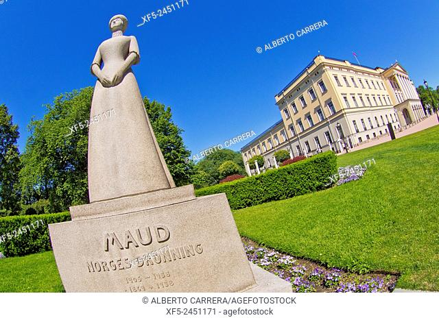 Statue of Queen Maud, Slottet Royal Palace, Oslo, Norway, Europe