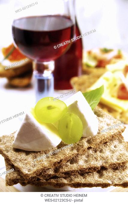 Crispbread with camembert and grapes