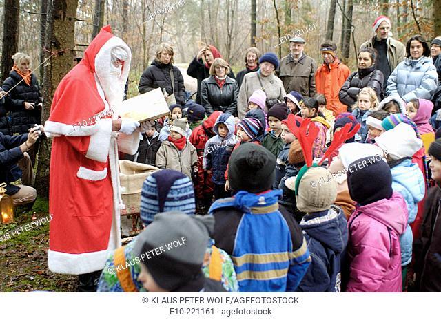 Santa Claus with kindergarden group
