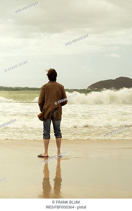 Australia, New South Wales, Tea Gardens, man at beach