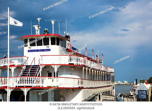 """Savannah Riverboat cruises """"""""Georgia Queen"""""""" approaches City Hall landing on the Savannah River in Savannah, Georgia"""