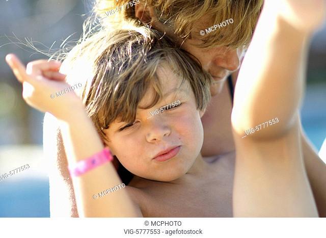 Ein kleiner Junge albert mit seiner Mutter herum, Model Released| Little boy has fun with his mother and is happy - Menorca, Spain, 04/06/2009