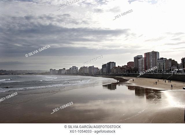 PLAYA SAN LORENZO GIJON, ASTURIAS, ESPANYA