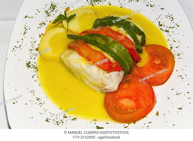 Plato de Bacalao con su pili-pil, patata, tomate y pimientos verdes y rojos (cod in pil pil sauce with potato, tomato and green and red peppers