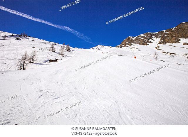 Hintertux Glacier. Valley downhill run. - HINTERTUX, TYROL, Austria, 07/04/2014