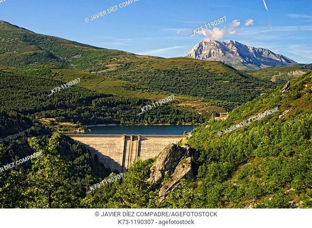 Compuerto Reservoir with Espiguete Peak in background. Fuentes Carrionas y Fuente-Cobre Montaña Palentina Natural Park. Palencia Province