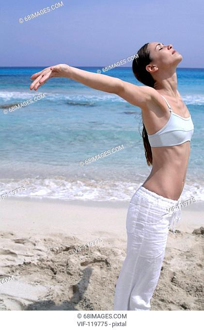 Sommer, Sonne, Strand, Wellness, Vitalitaet - Junge vitale Frau am Strand - Hamburg, GERMANY, 03/05/2005