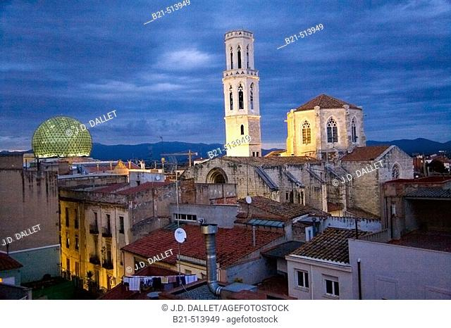 Dome of Dalí Museum and church of Sant Pere, Figueres skyline. Girona province, Catalonia, Spain