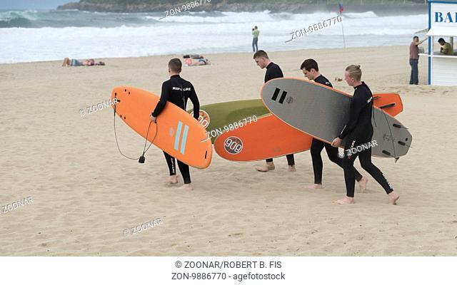 Surfkurs der Pukas Surfschule am Strand von Zurriola in San Sebastian, Foto: Robert B. Fishman, 3.6.2015