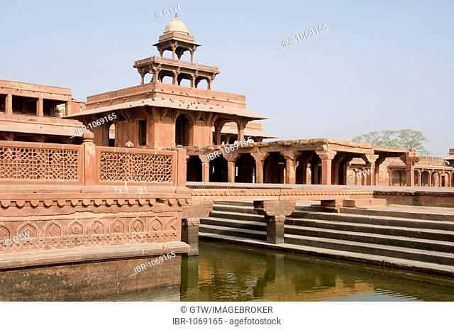 Abdar Khana building and Anoop Talao water basin, UNESCO World Heritage Site, Fatehpur Sikri, Uttar Pradesh, India, South Asia