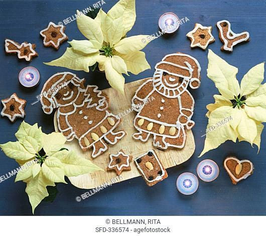 Gingerbread figures, poinsettias and tea lights