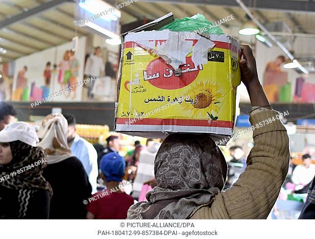 10 April 2018, Jordan, Al-Asraq: People buy goods at Sameh Markt in a refugee camp. Photo: Britta Pedersen/dpa-Zentralbild/ZB