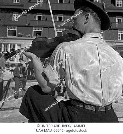 Die Musiker vom Felbergerhof unterhalten die Feriengäste mit ihren Weisen, Deutschland 1930er Jahre. The staff members of Feldbergerhof hotel entertaining the...