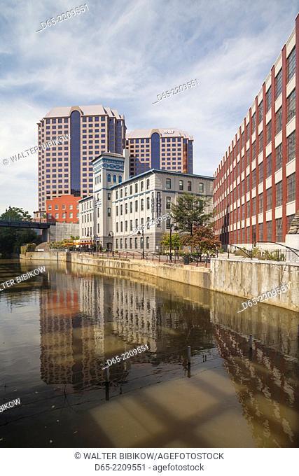 USA, Virginia, Richmond, buildings along the James River