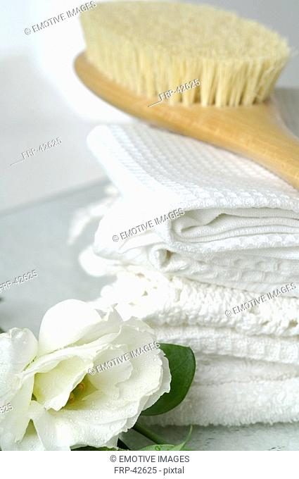 Piqué towels and a massage brush decorated with lisianthus flowers