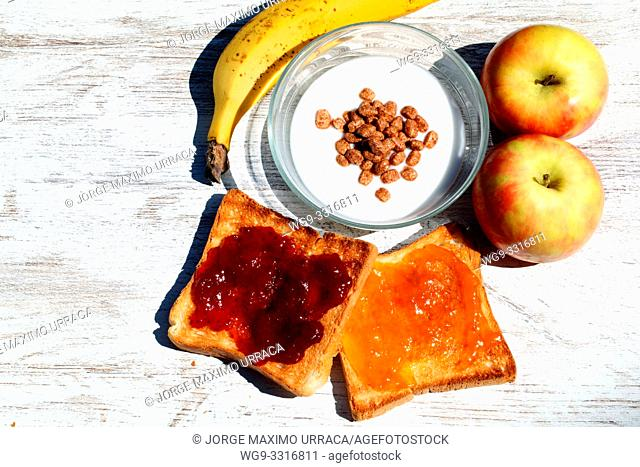 Toast with apricot jam and strawberry,two apples,yogurt with oat flakes and banana
