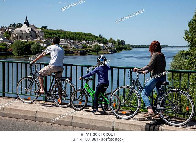 CYCLISTS ON THE 'LOIRE A VELO' CYCLING ITINERARY, VILLAGE OF CANDES-SAINT-MARTIN, INDRE-ET-LOIRE 37, FRANCE