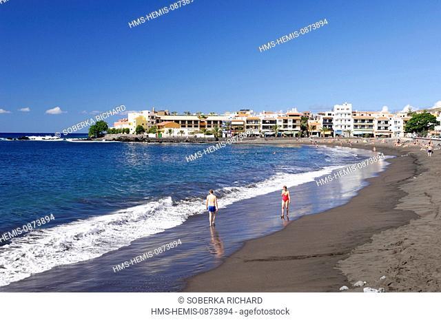 Spain, Canary Islands, La Gomera, Valle Gran Rey, Playa de Calera, tourists on the beach