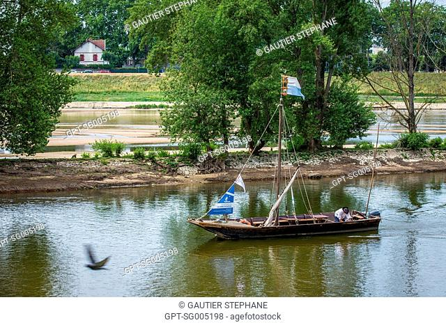 NAVIGATION ON THE LOIRE ABOARD THE STERNE, A 'TOUE SABLIERE' (FLAT-BOTTOMED BARGE THAT EXTRACTS SAND) WITH BERTRAND DESHAYES, ORLEANS, (45) LOIRET