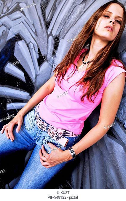 junge Frau vor Graffitiwand. - Austria, 25/07/2007