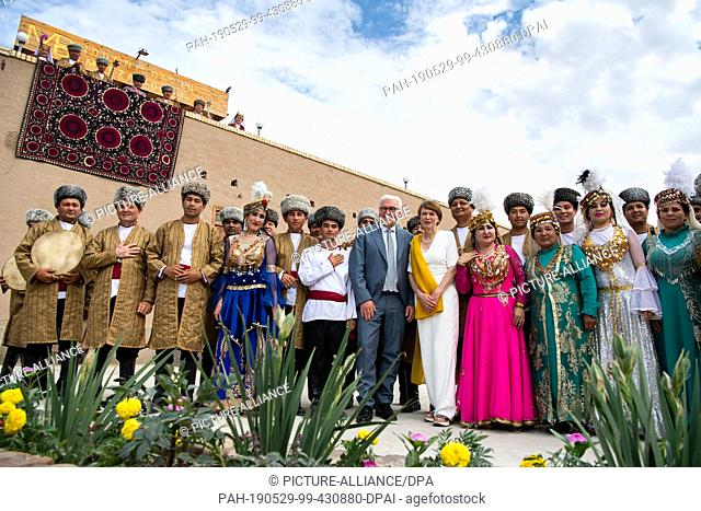 29 May 2019, Uzbekistan, Chiwa: Federal President Frank-Walter Steinmeier and his wife Elke Büdenbender are guided through the old town of Chiwa where they are...