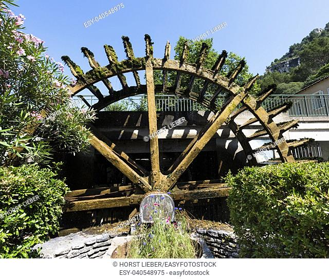 Water wheels on the River Sorgue in Fontaine de Vaucluse. Vaucluse, Provence, France, Europe