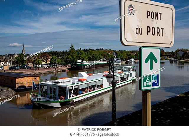 YACHT, BRIDGE AND PORT OF BRIARE, CANAL RUNNING ALONGSIDE THE LOIRE, LOIRET 45, FRANCE