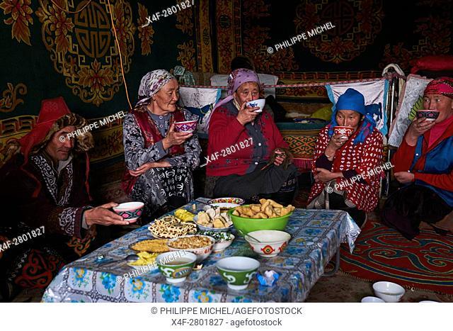 Mongolia, Bayan-Olgii province, landscape in winter, Kazakh family, tea time