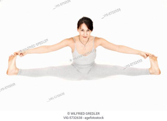 Sitzende Winkelposition, Upavishta Konasana, Yoga Übung, Studioaufnahme, Frau, streckt die Kniesehnen, öffnet Leisten und Hüften, Geburtserleichterung