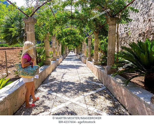 Portico, Jardines de Alfabia, Arabic gardens, Serra de Alfàbia, Mallorca, Spain