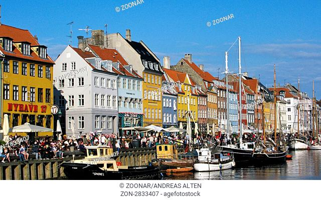 Nyhavn im Zentrum von Kopenhagen, beliebtes Ferienziel / Nyhavn in the center of Copenhagen, famous tourist destination