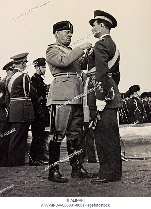 Album Duce : Benito Mussolini photographed appointment of military ranks on the uniform of a captain in the Air, shot 1936