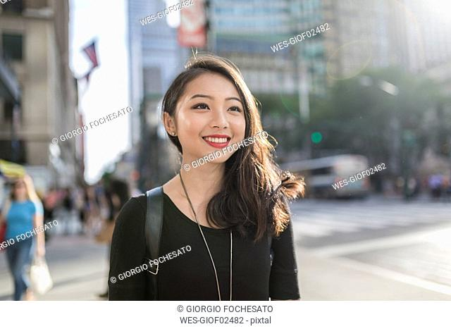 USA, New York City, Manhattan, portrait of smiling young woman