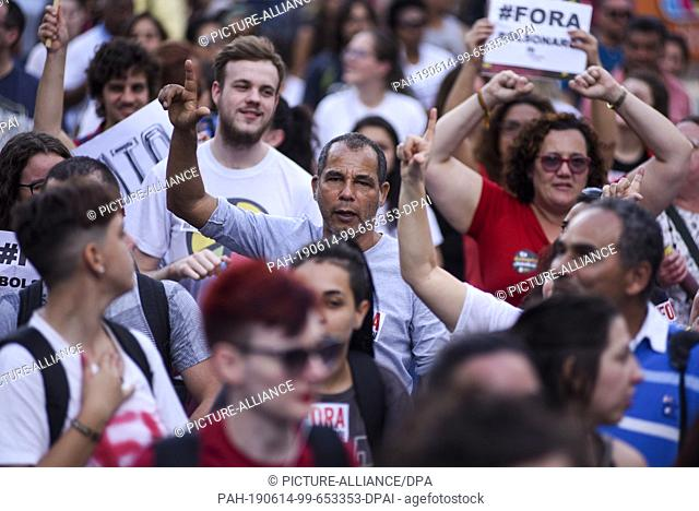 14 June 2019, Brazil, Curitiba: Many people shout political slogans in a protest against President Bolsonaro's government during a general strike