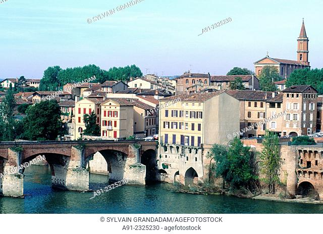 FRANCE.MIDI-PYRENEES.TARN (81).ALBI.THE RIVER TARN AND BRIDGE