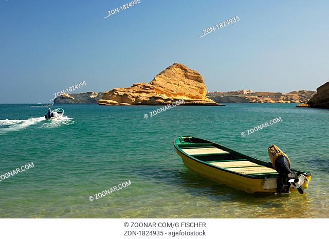 Motorboote am Quantab Strand in der malerischen Barr Al Jissah Bucht am Golf von Oman bei Maskat, Sultanat Oman / Motor-boat moored on the Quantab beach in the...