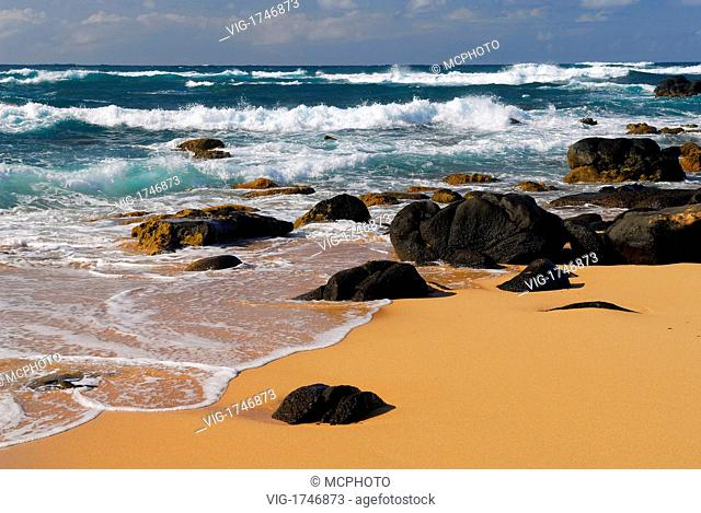 Black lava rocks and waves on Moomomi Beach Molokai - Hawaii, USA; Amerika, 21/04/2006