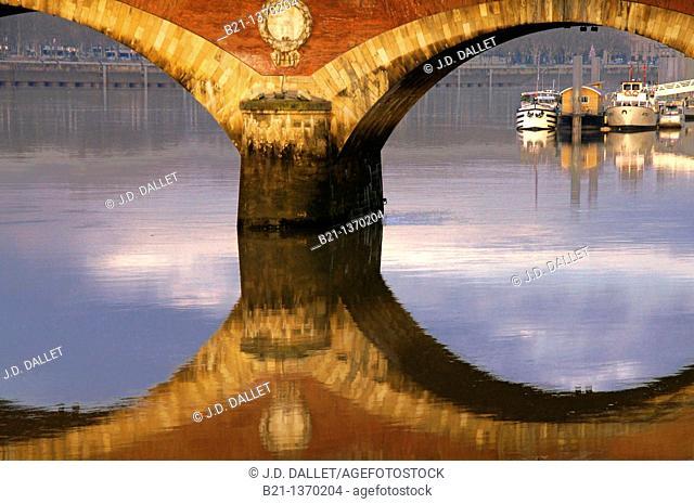 Pont de Pierre (stone bridge) over the Garonne river at Bordeaux, Gironde, Aquitaine, France