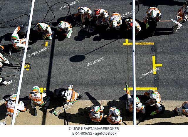 Motorsports, pit-stop crew for Vitantonio Liuzzi, ITA, in the Force India VJM02 race car, Formula 1 testing at the Circuit de Catalunya race track in Barcelona