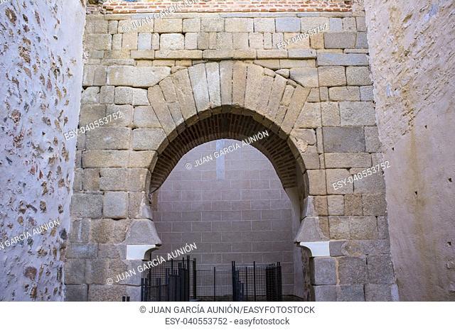 Shoehorse arch of Puerta del Alpendiz, at Alcazaba of Badajoz, ancient Moorish citadel, Extremadura, Spain. Alpendiz Door