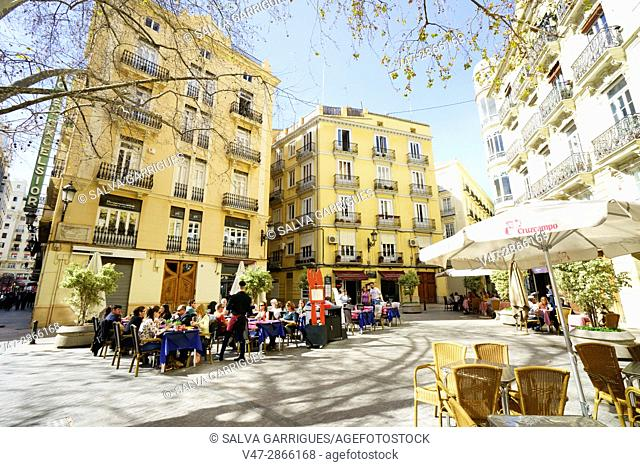 People eating in the terraces of the restaurants of the teatoneles streets of the center of Valencia, Plaza Rodrigo Bonet, Valencia, Spain